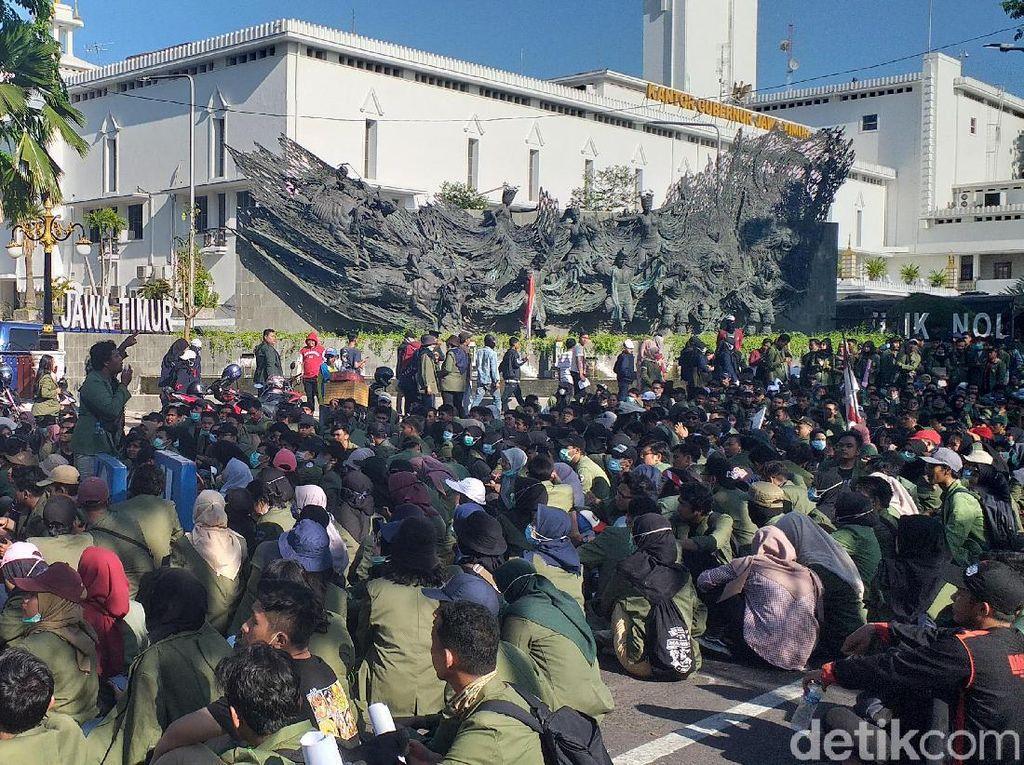 Demo Mahasiswa di DPRD Jatim Terpecah di Dua Lokasi