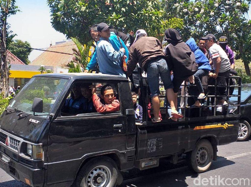 Ratusan Pelajar di Tiga Kota Bergerak Ikut Aksi Demo di DPRD Jatim
