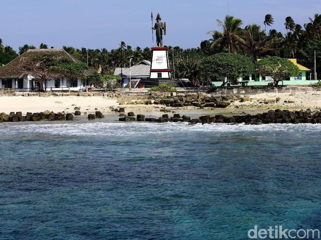 Berduaan di Malam Hari & Hukum Arak di Pulau Paling Utara Indonesia