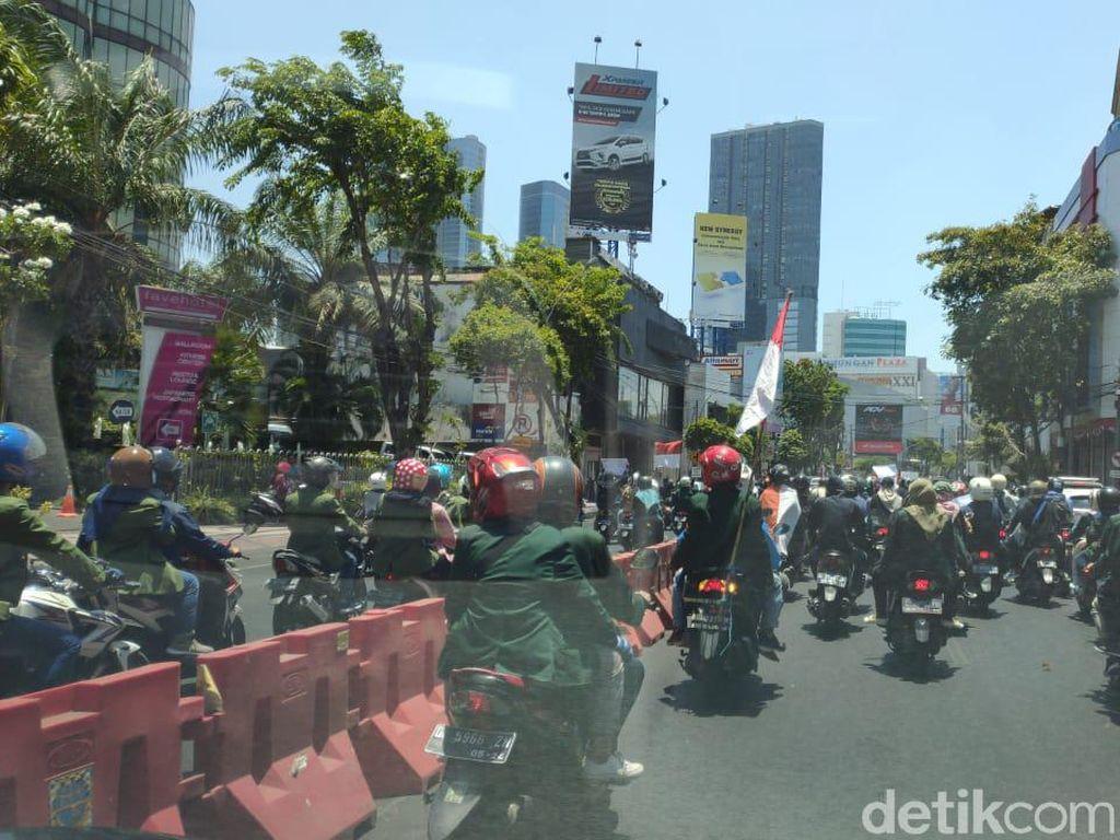 Ribuan Mahasiswa Surabaya Bergerak, Arus Lalu Lintas Merambat