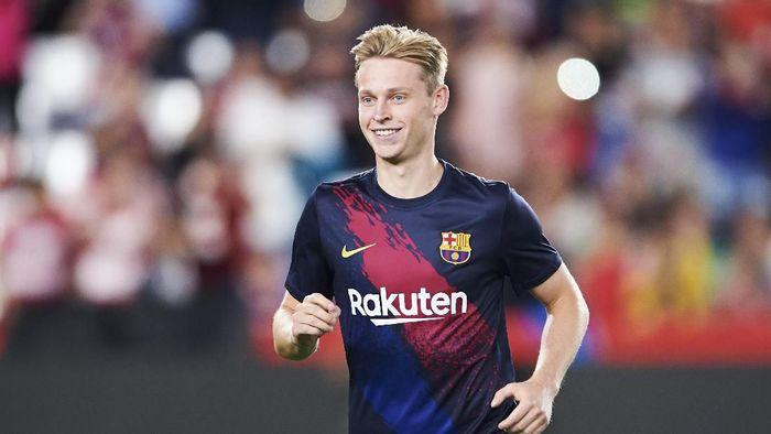Pemain Barcelona, Frenkie De Jong, menegaskan timnya akan bermain seperti biasanya saat melawan Real Madrid. (Foto: Aitor Alcalde / Getty Images)
