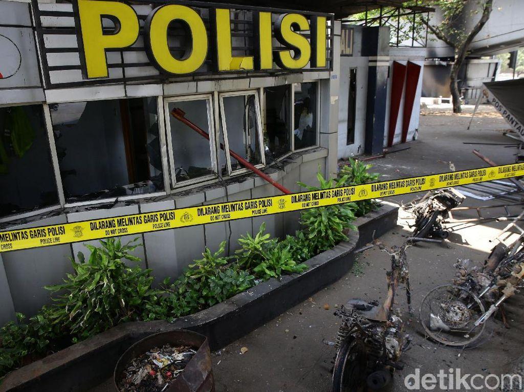 Pos Polisi Tomang jadi Korban Aksi Pembakaran Massa