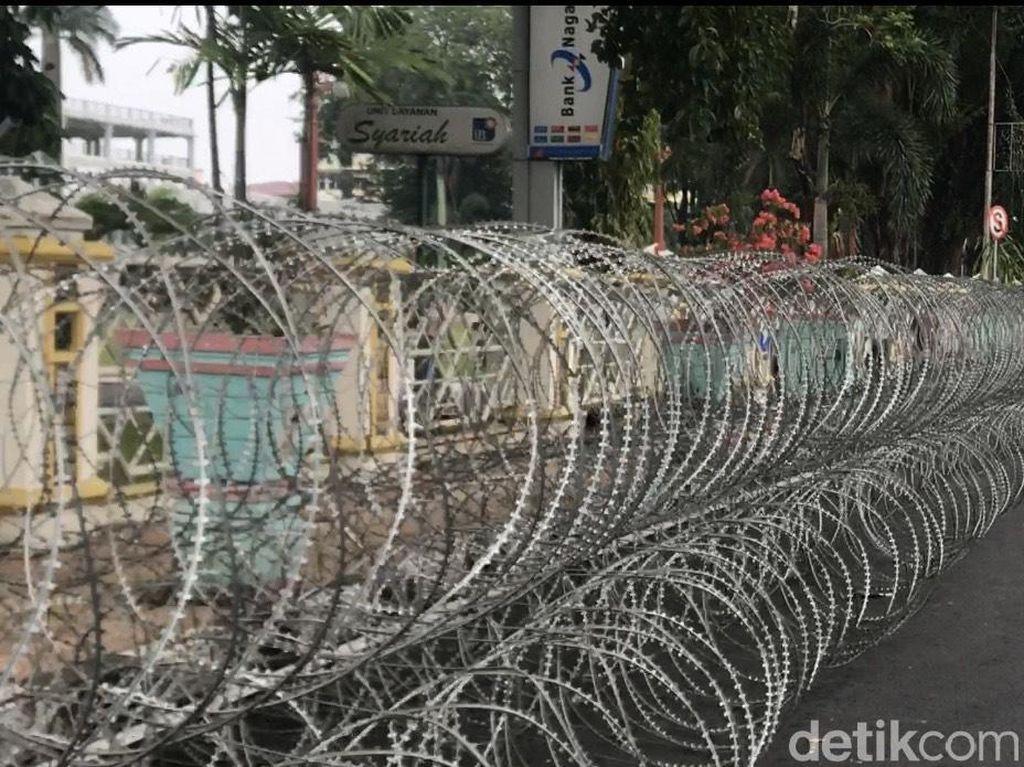 Antisipasi Demo Ricuh, Polisi Pasang Kawat Berduri di Kantor Gubernur Sumbar