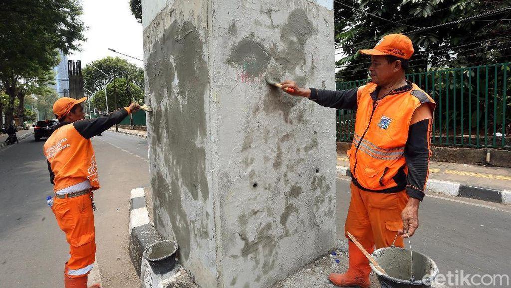 Aksi Pasukan Oranye Bersihkan Sisa Demo di Senayan