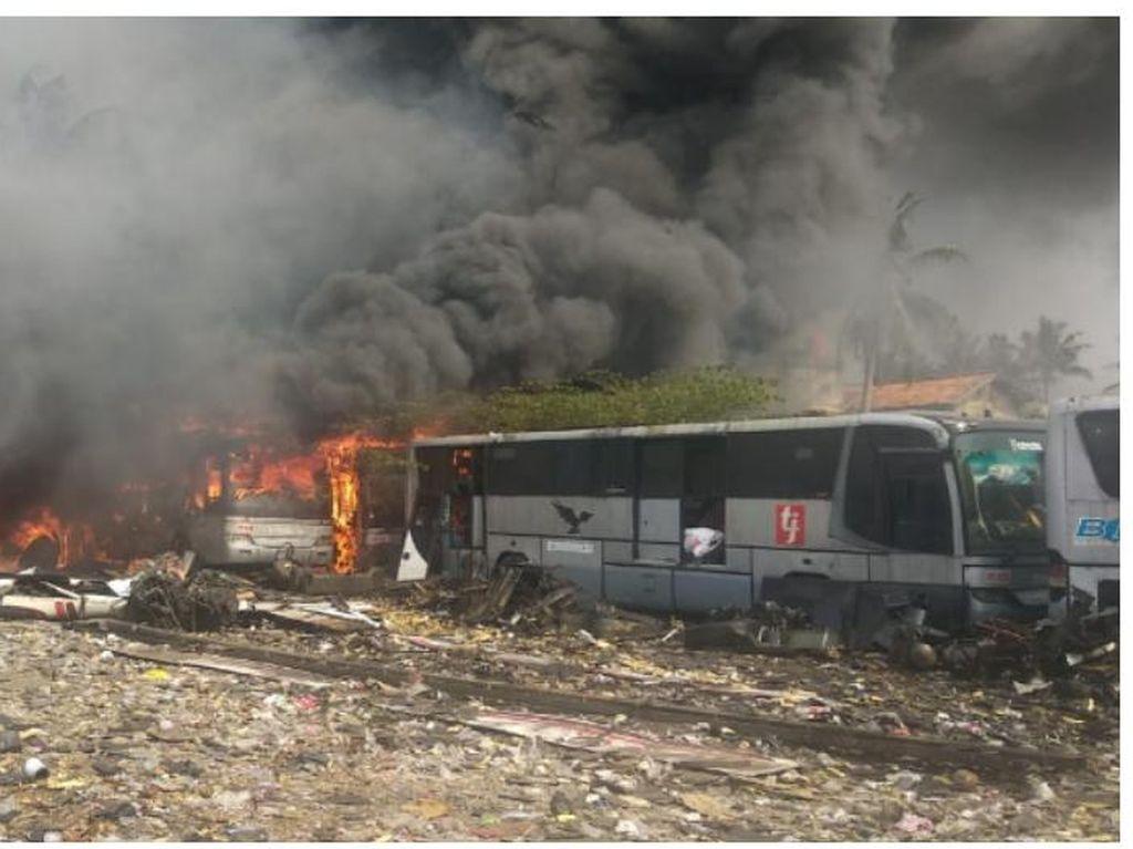 Pul Primajasa di Tangsel Kebakaran, 26 Bus Eks TransJ Hangus Dilalap Api