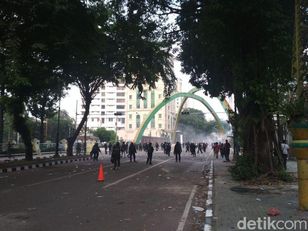 Kericuhan Pecah di Dekat DPRD Medan, Polisi Lepaskan Gas Air Mata