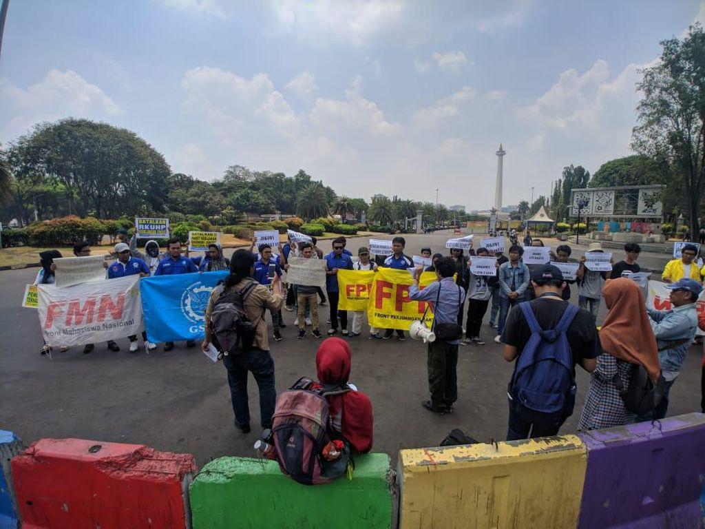 Massa Demo di Monas Kecam Aparat Atas Tewasnya 2 Mahasiswa di Kendari