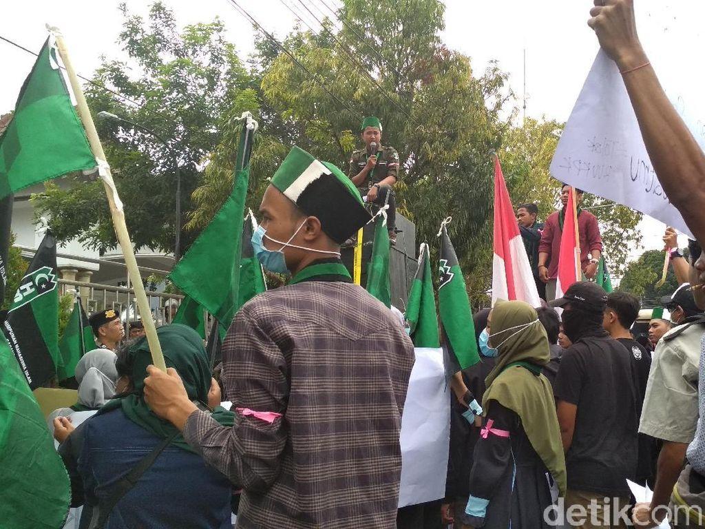 Sentilan HMI Blitar: Anggarkan Cotton Bud Bersihkan Telinga Wakil Rakyat
