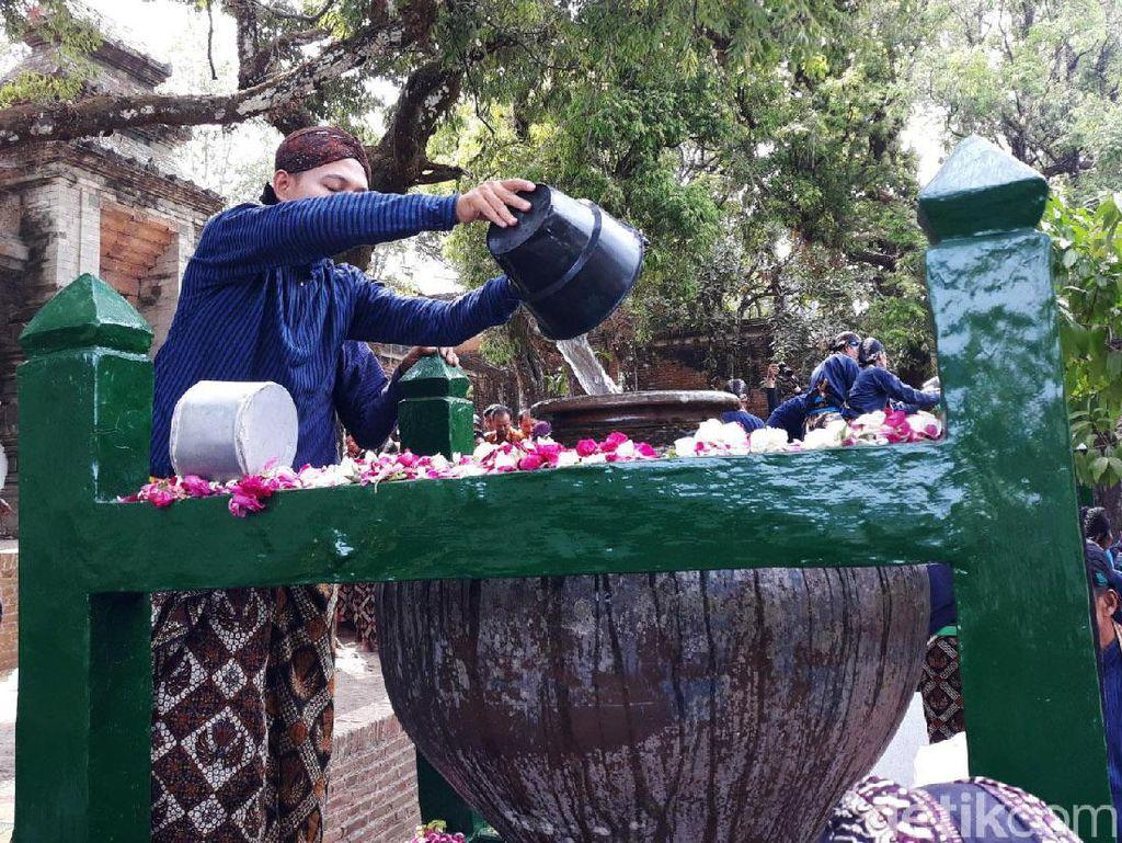 Melihat Tradisi Nguras Enceh di Pemakaman Raja-raja Imogiri