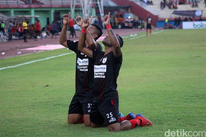 Gol-gol Persipura dicetak oleh Gunansar Mandowen, Titus Bonai dan Tibo.