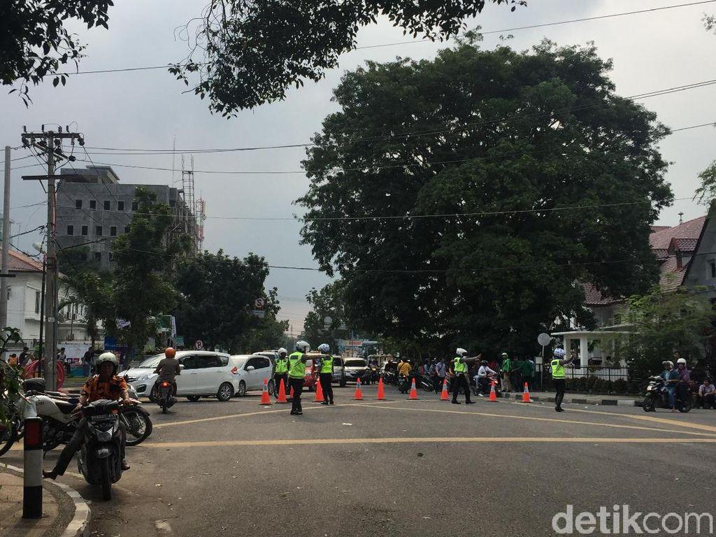 Kawasan DPRD Sumut Macet Akibat Demo, Polisi Lakukan Rekayasa Lalin