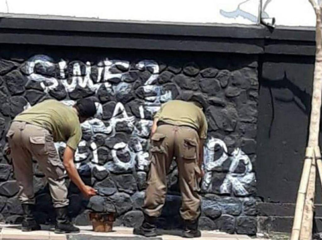 Pemkot Gerak Cepat Bersihkan Jejak Vandalisme Sisa #SurabayaMenggugat