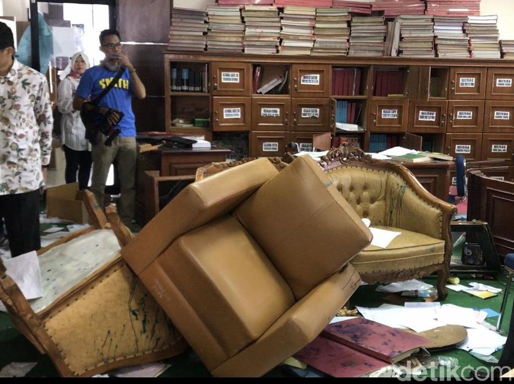 Gedung DPRD Sumbar Masih Berantakan Pasca-dirusak Demonstran