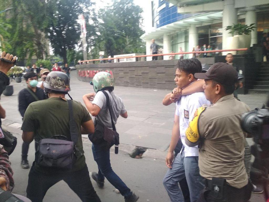 Polisi Amankan 200 Orang Pelajar Usai Ricuh Demo di DPRD Medan