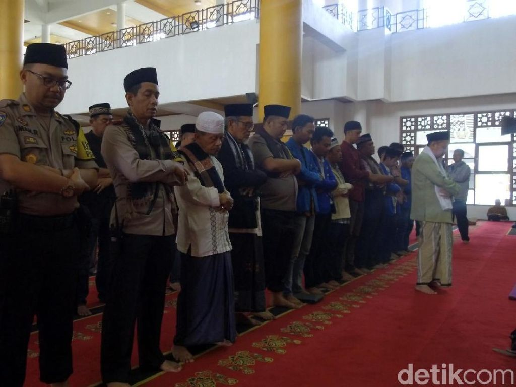 Mahasiswa dan Polisi di Sukabumi Salat Gaib Bagi Randi dan Yusuf