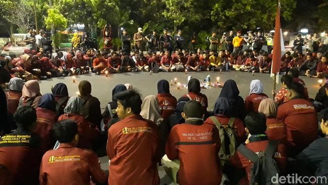 IMM Kibarkan Bendera Setengah Tiang di Depan Mapolresta Solo