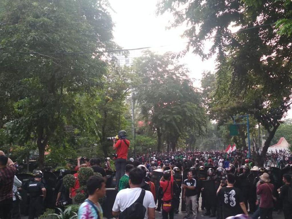 Demo di DPRD Medan Makin Ricuh! Massa Lempari Polisi dengan Batu