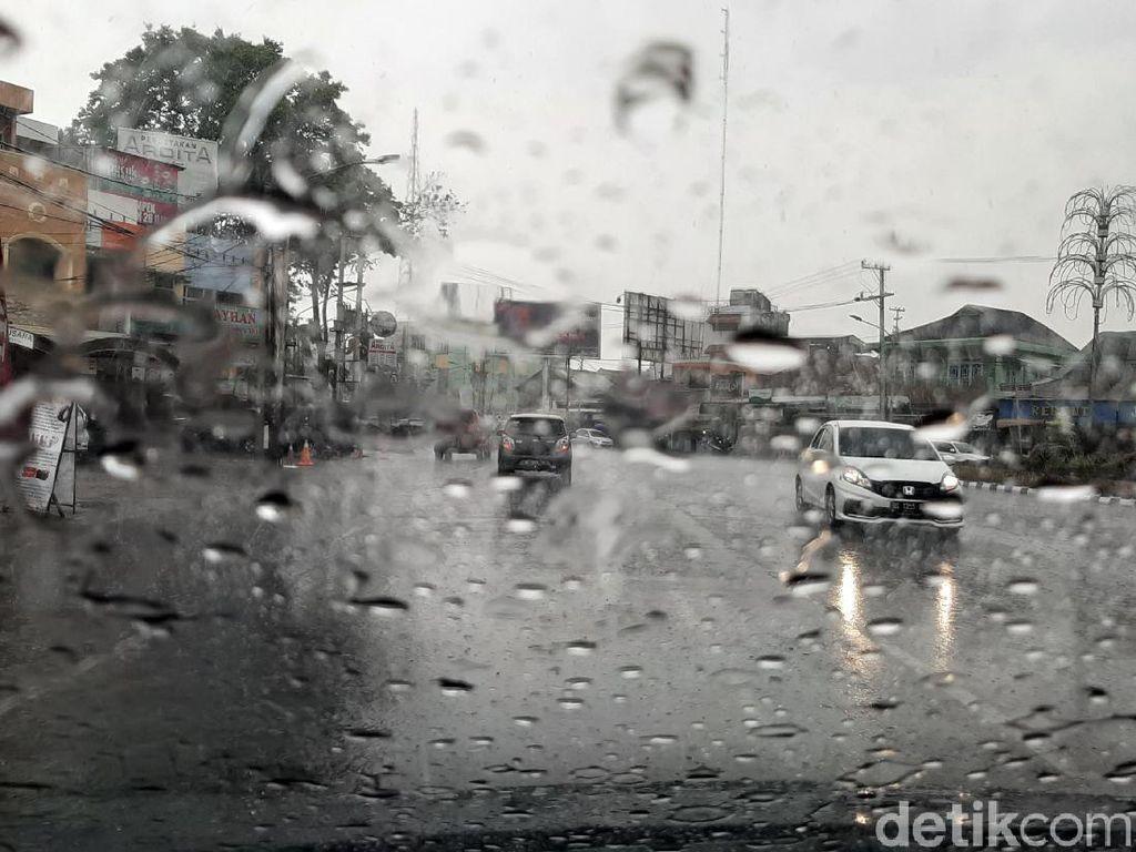 Sumsel Diguyur Hujan Deras, Petugas Pemadam Karhutla Girang