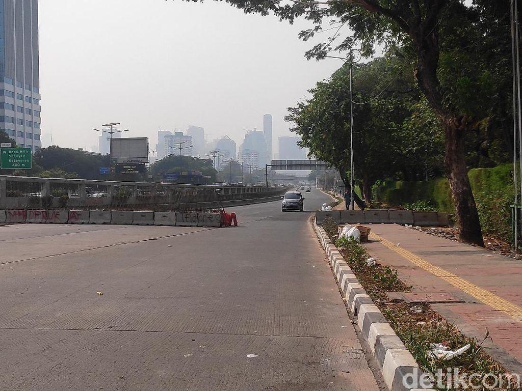 Jalan Gatot Subroto Depan DPR Masih Disekat Pagi Ini
