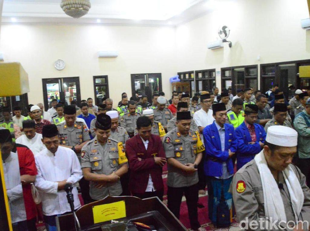 Mahasiswa dan Polisi di Kota Madiun Salat Gaib untuk Randi dan Yusuf