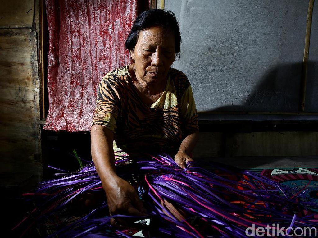 Intip Proses Pembuatan Kerajinan Anyaman Khas Miangas