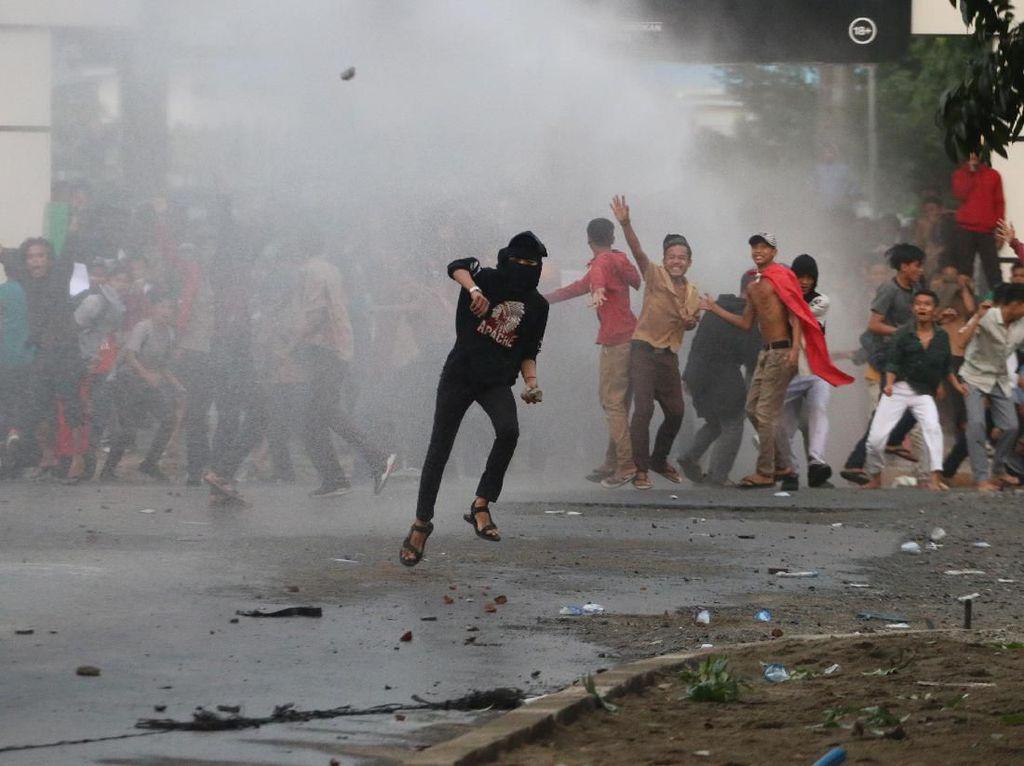 Momen Pendemo dan Polisi Bentrok di Medan