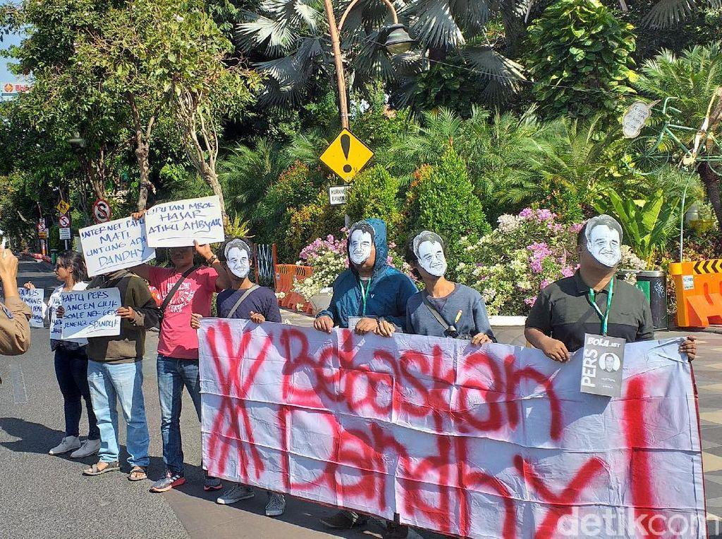 AJI Surabaya Aksi Tuntut Polisi Bebaskan Dhandy dari Status Tersangka