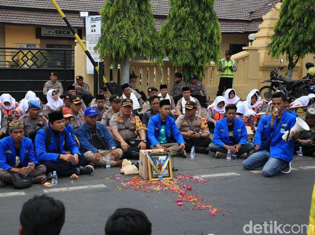 Disambut Asmaul Husna, Demo Mahasiswa di Jombang Jadi Adem