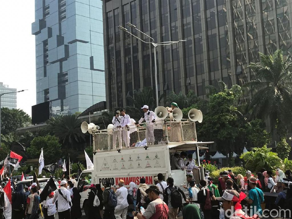 Serukan Takbir dan Selawat, Massa Aksi Mujahid 212 Bergerak ke Istana