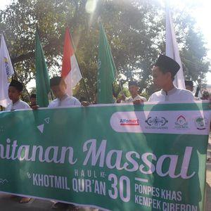 Puluhan Anak-anak Ikut Khitanan Massal di Cirebon