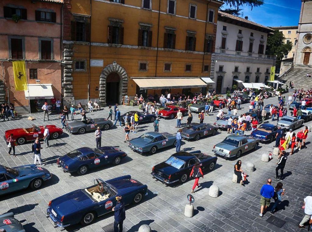 Mobil Klasik Ferrari Konvoi di Roma