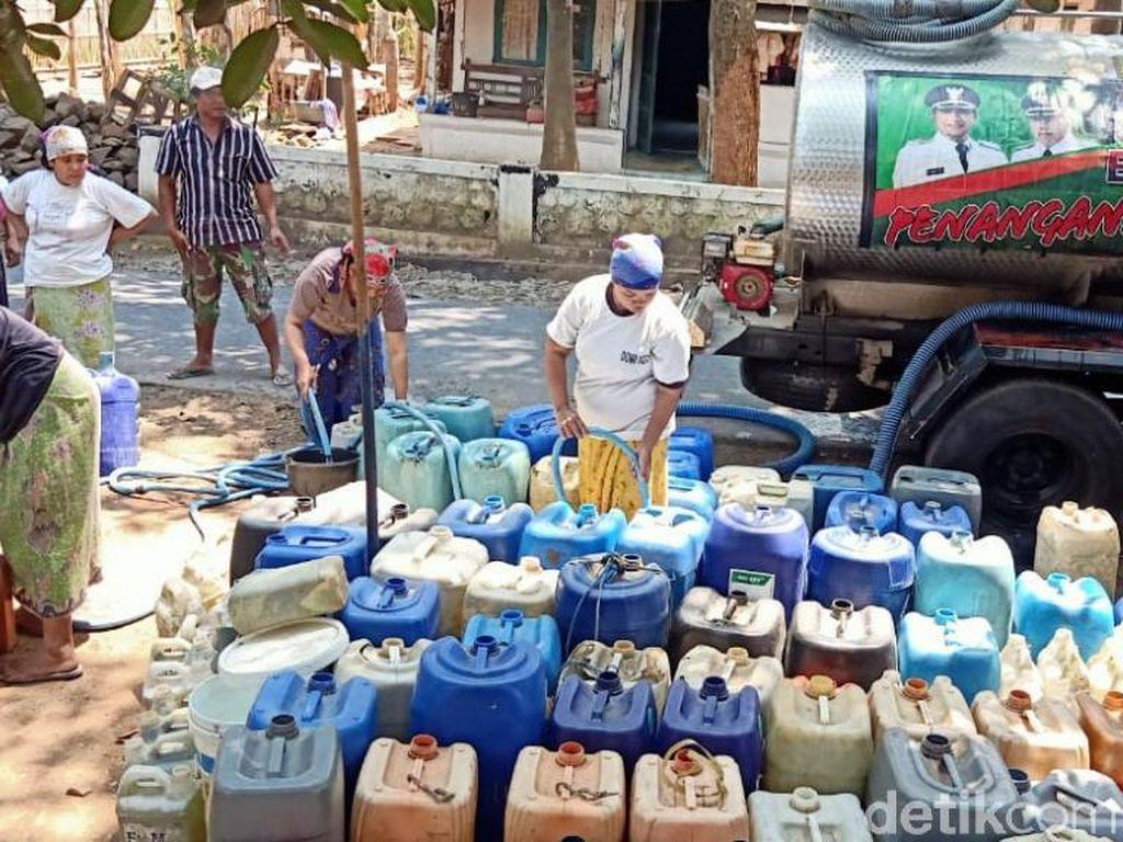 Kekeringan di Pasuruan Semakin Parah, Air Bersih Dipasok Hingga Malam Hari