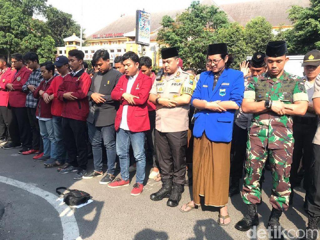 Usai Gelar Aksi, Mahasiswa Ajak Polisi Salat Gaib Doakan Randi dan Yusuf