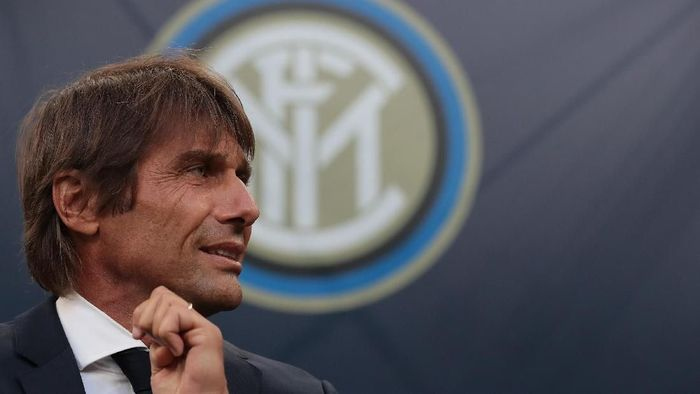 MILAN, ITALY - SEPTEMBER 17:  FC Internazionale coach Antonio Conte looks on during the UEFA Champions League group F match between FC Internazionale and Slavia Praha at Giuseppe Meazza Stadium on September 17, 2019 in Milan, Italy.  (Photo by Emilio Andreoli/Getty Images)