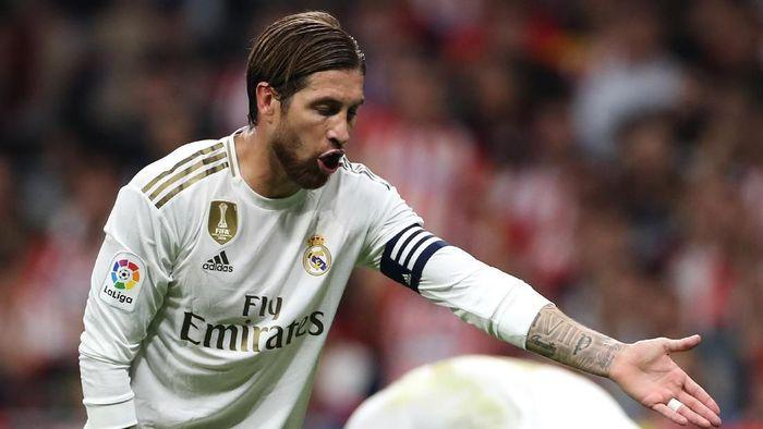 Bek sekaligus kapten Real Madrid Sergio Ramos diklaim menghina asisten wasit, tapi lolos dari hukuman. (Foto: Angel Martinez / Getty Images)
