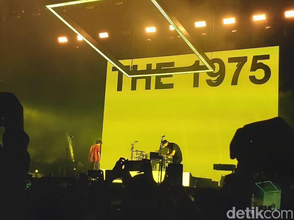 Seperti Kurt Cobain, Matty Healy The 1975 Naik Panggung dengan Baju RS