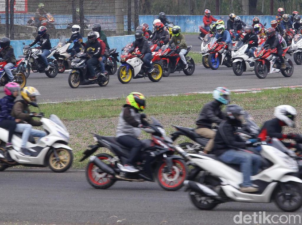 Momen Parade Ratusan Bikers Keliling Sirkuit Sentul