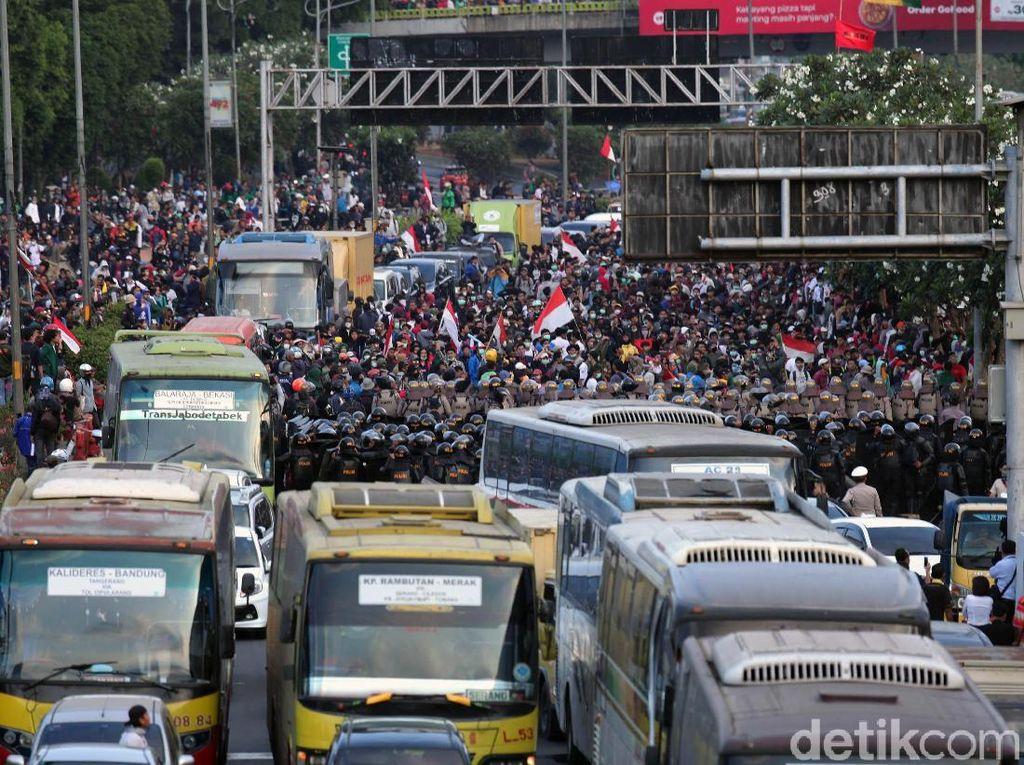 Saat Demo Ricuh, Ini Taktik Nggak Bikin Rugi Pemilik Mobil