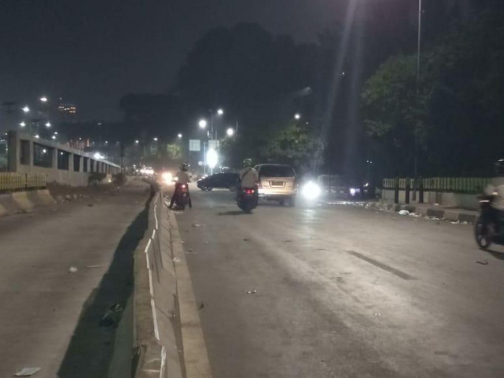 Pengendara Nekat Lewat Zona Ricuh Arah Slipi, Polisi Minta Putar Balik
