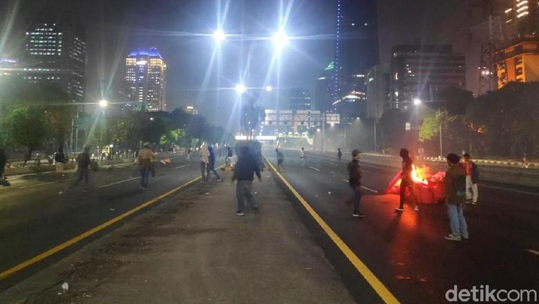 Makin Ricuh! Massa Bakar Pembatas Jalan di Depan LIPI