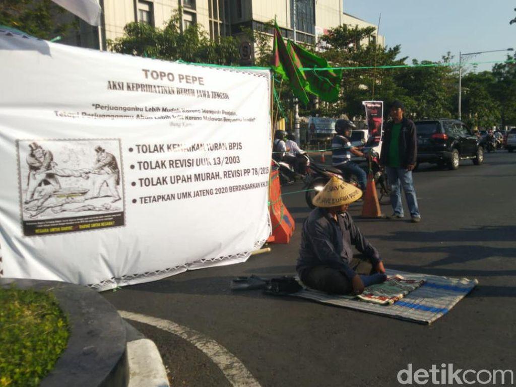 Ada Pria Bertapa di Tengah Jalan dalam Aksi #SemarangMelawan