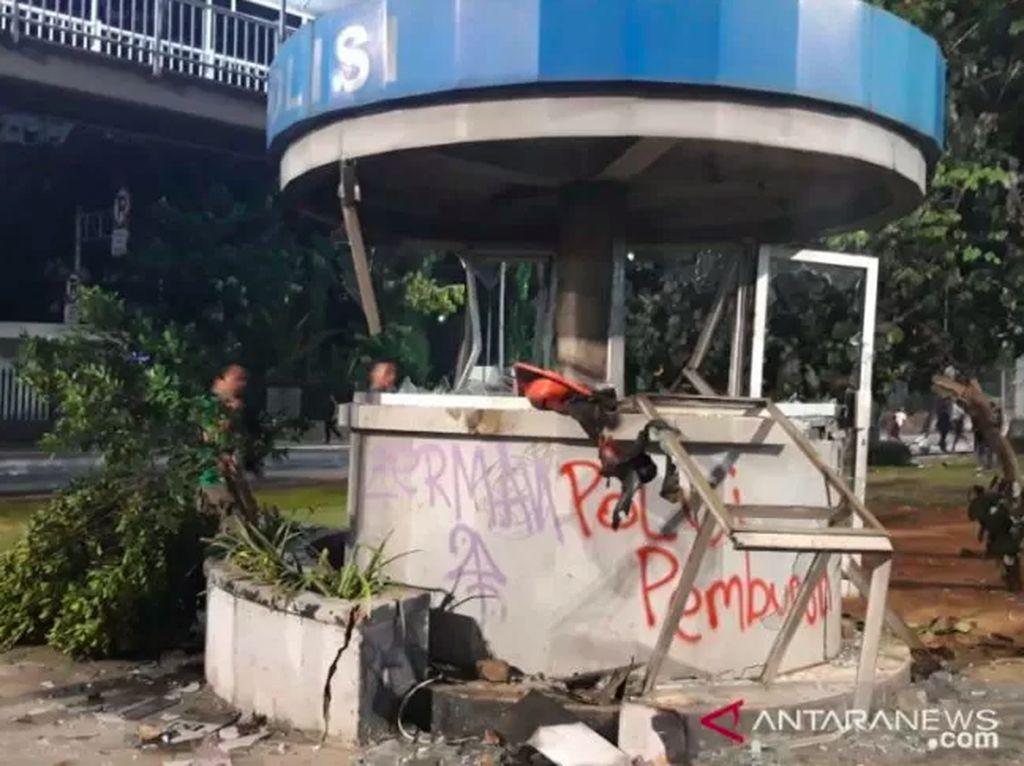 Rusuh Demo Merembet, Massa Rusak Pospol di Depan Atma Jaya