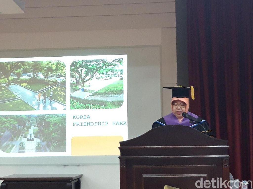 Risma Persembahkan Gelar Doktornya untuk Warga Surabaya