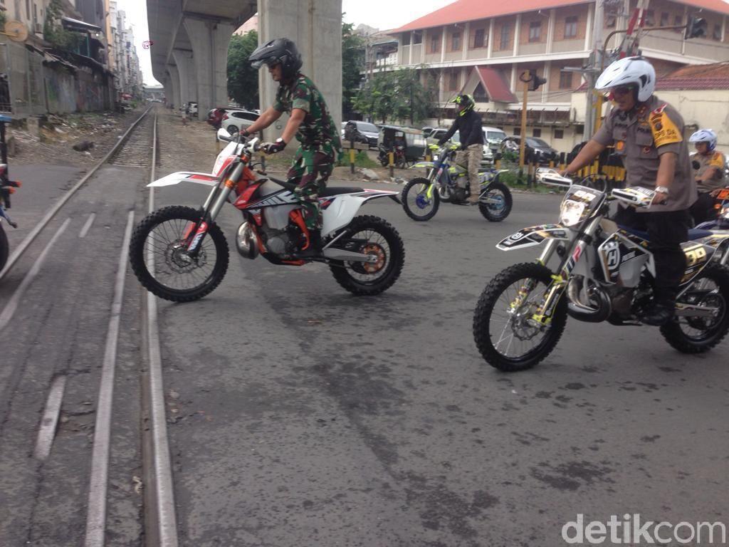 Naik Motor Trail, Kapolda dan Pangdam Pimpin Patroli Keliling Medan