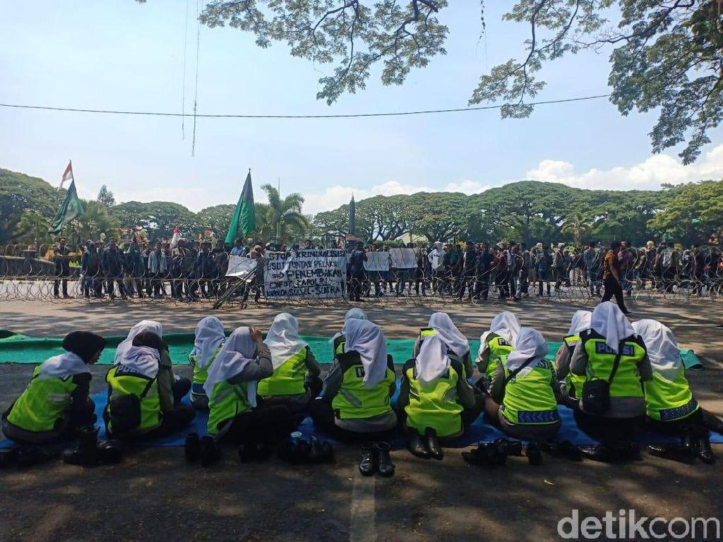 Bikin Adem! Polwan Polres Malang Kota Lantunkan Asmaul Husna Sambut Pendemo