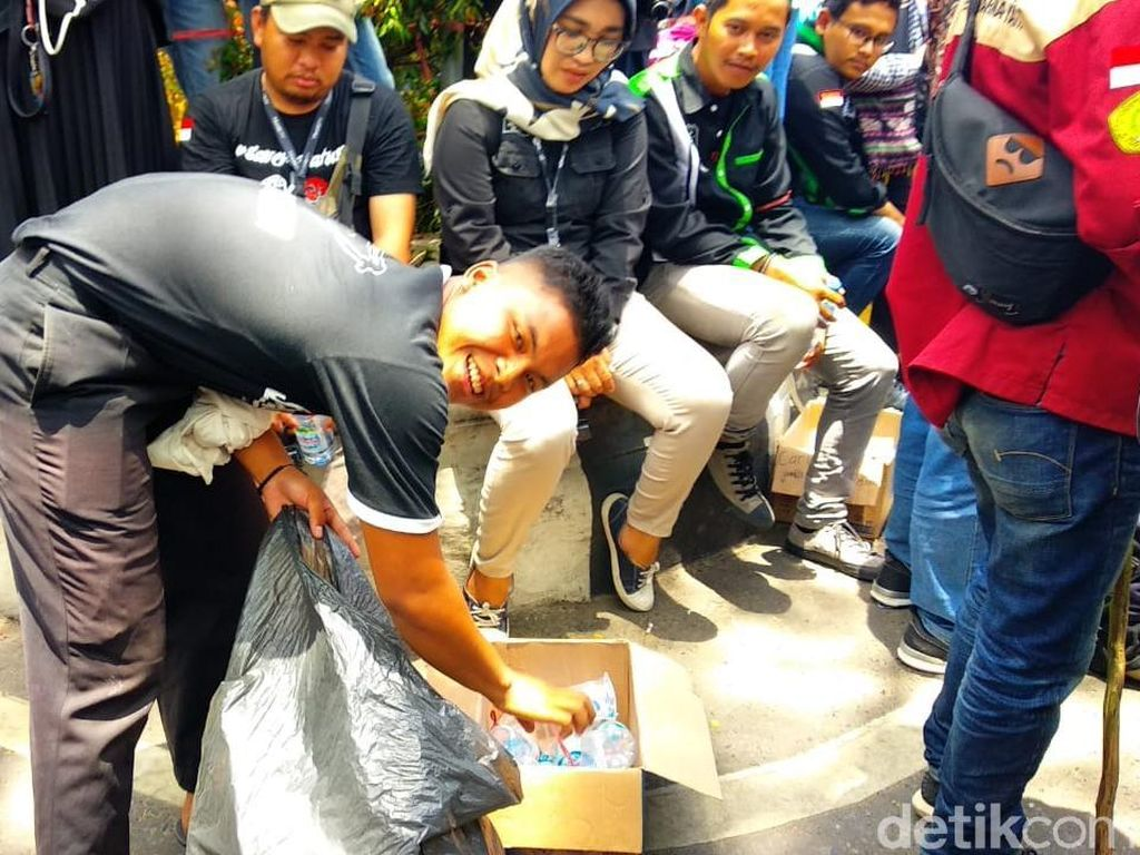 Cerita Pelajar STM yang Bersih-bersih di Tengah Demo Mahasiswa Banjarmasin