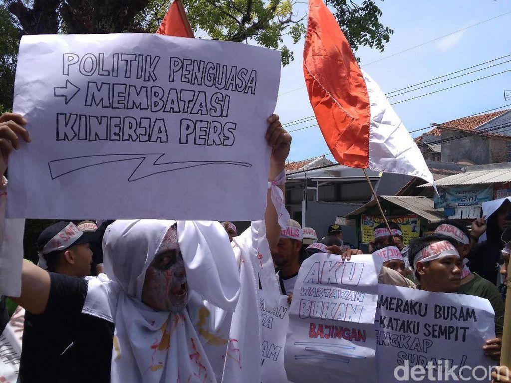 Tolak RKUHP, Jurnalis Kuningan Jadi Pocong di Gedung DPRD