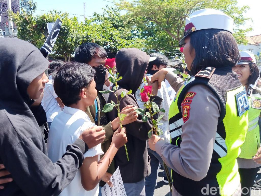 Diberi Bunga, Pelajar SMA Massa Aksi #BaliTidakDiam Cium Tangan Polwan