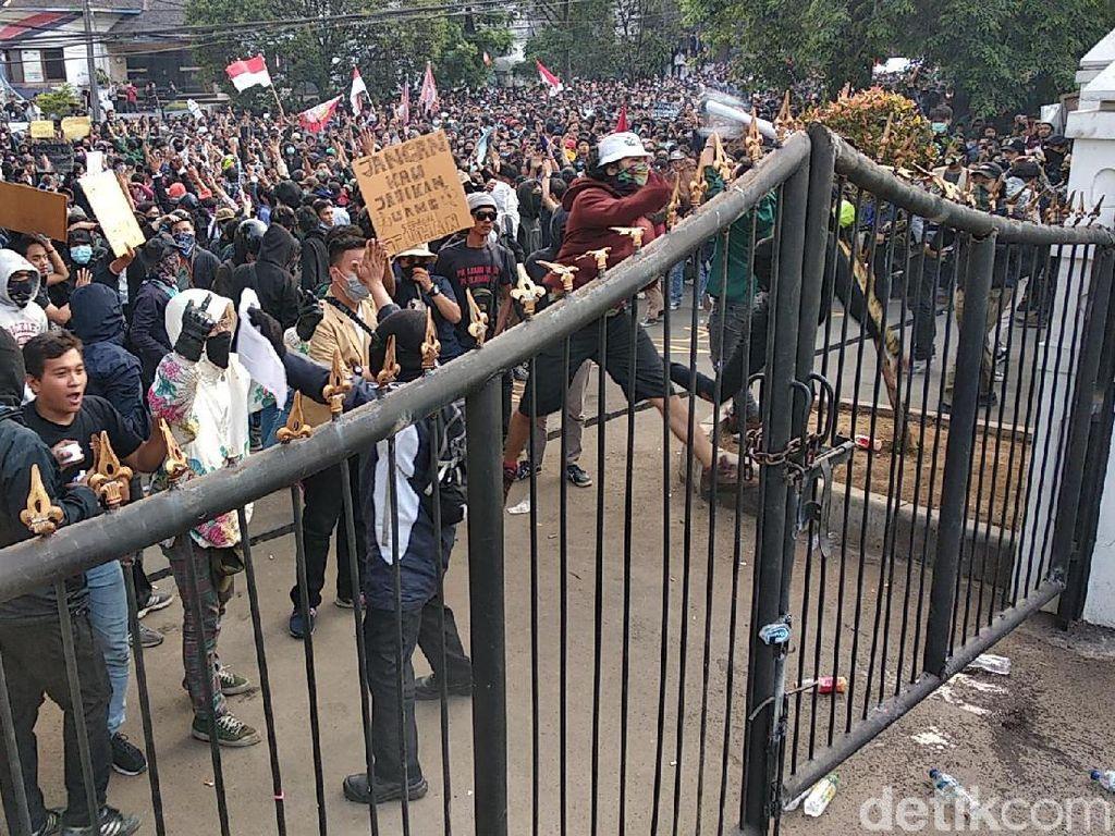 Demonstran di Depan DPRD Jabar Mulai Lempari Polisi Pakai Botol dan Batu