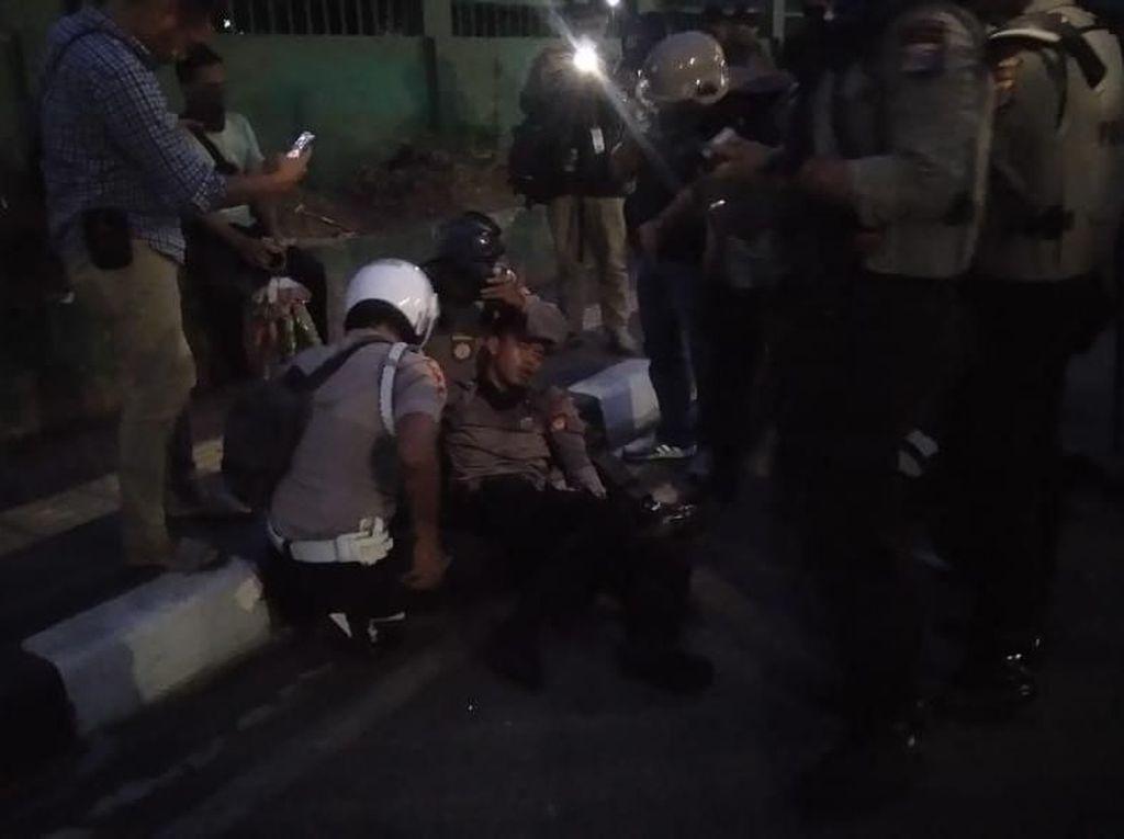 Halau Massa di DPR dengan Tembakan Gas Air Mata, 2 Polisi Tumbang